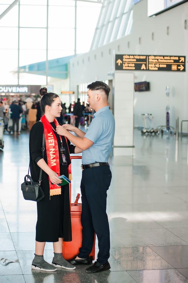 Vợ chồng ca sĩ Ngọc Hiền không ngại khoá môi ở sân bay - Ảnh 2.