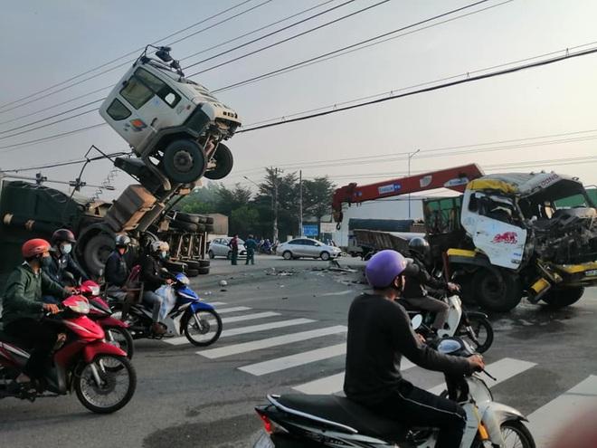 Clip: Khoảnh khắc xe tải đâm xe ben chổng ngược lên trời, tài xế mắc kẹt trong cabin - ảnh 1