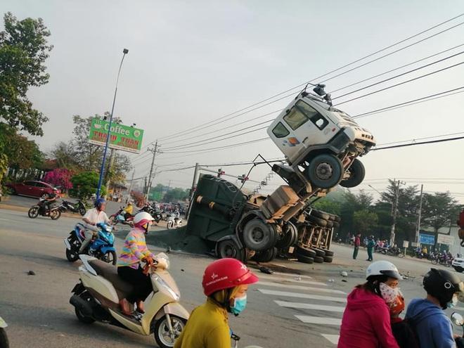 Clip: Khoảnh khắc xe tải đâm xe ben chổng ngược lên trời, tài xế mắc kẹt trong cabin - ảnh 2