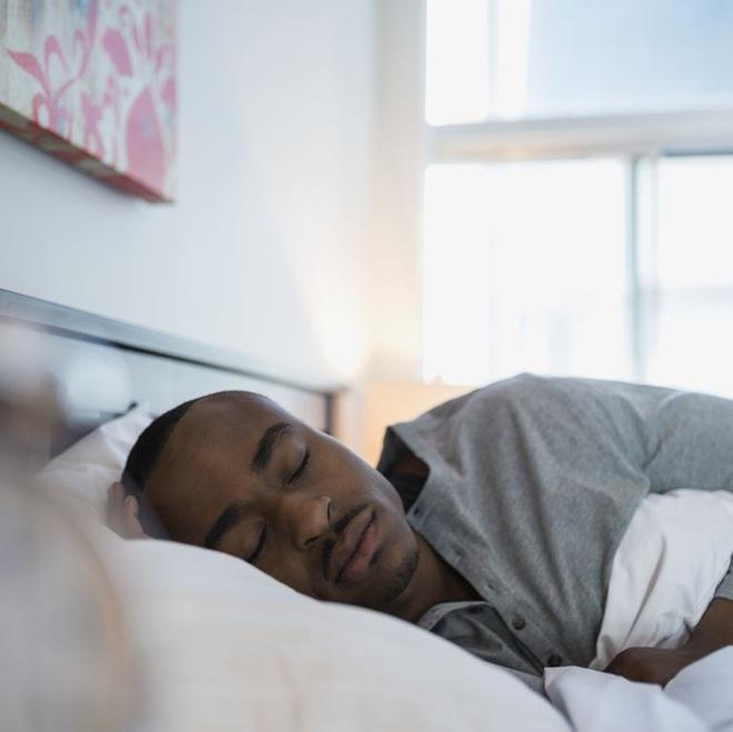 10 mẹo tự nhiên giúp loại bỏ hơi thở có mùi - Ảnh 2.