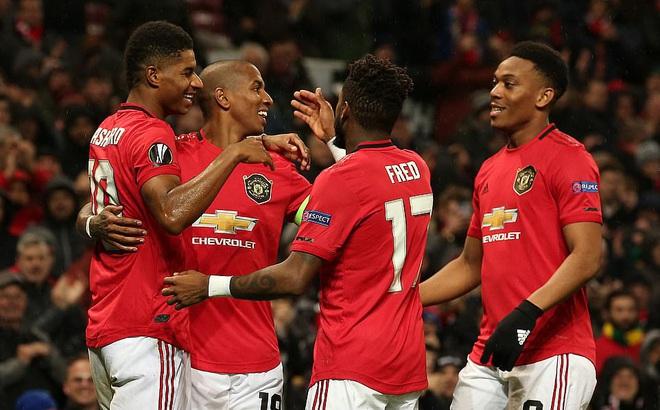 """""""Mũi đinh ba"""" rực sáng, Man United lấy vé đi tiếp trước 2 vòng đấu"""