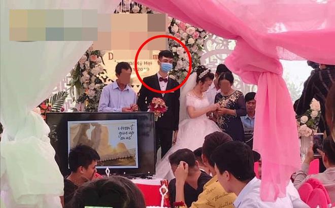 Bức ảnh đám cưới gây chú ý nhất hôm nay: Chú rể mang khẩu trang lên làm lễ