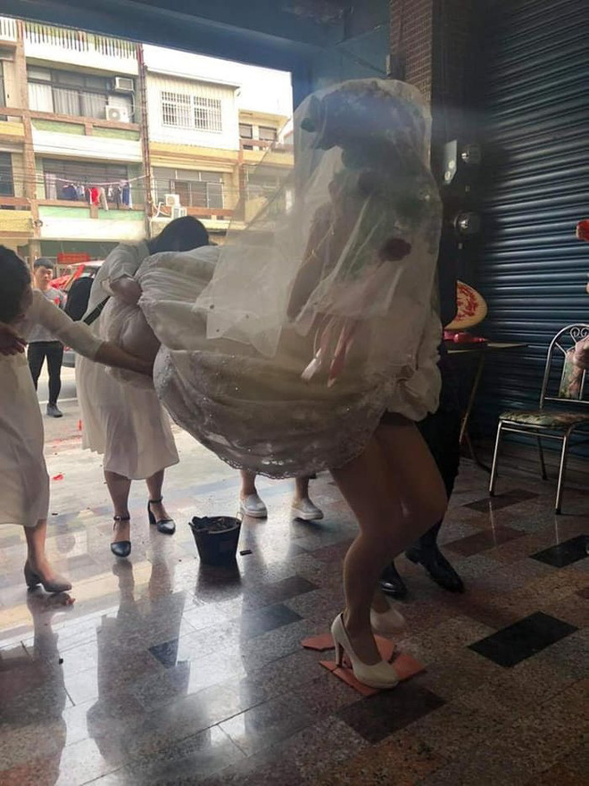 Cô dâu suýt lộ nội y trong ngày cưới chỉ vì hành động này của đám bạn - Ảnh 1.