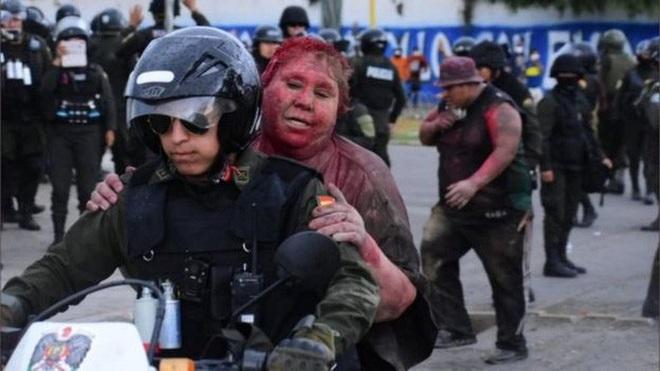Nữ thị trưởng bị người biểu tình lôi đi, sơn tóc - Ảnh 2.