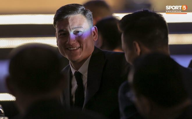 Lâm Tây gặp sự cố trang phục, vẫn cực phong độ dù đến muộn ở lễ trao giải của AFF