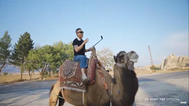 Vũ Khắc Tiệp cưỡi lạc đà, ngồi khinh khí cầu, ở khách sạn hang động độc đáo nhất thế giới - Ảnh 4.