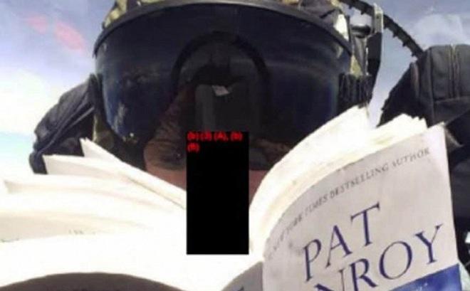 Phi công Mỹ chụp ảnh selfie, đọc sách khi đang lái máy bay chiến đấu