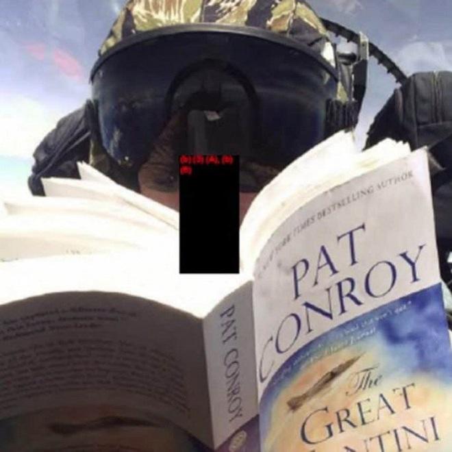 Phi công Mỹ chụp ảnh selfie, đọc sách khi đang lái máy bay chiến đấu - Ảnh 2.