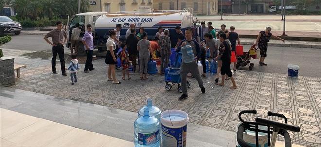 Dân chung cư ở Hà Nội tá hỏa phát hiện nước có mùi dầu, bốc mùi khét lẹt - Ảnh 1.