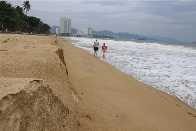"""Trước bão số 6: Kỳ lạ """"tường"""" cát cao gần 1m xuất hiện ở biển Nha Trang - Ảnh 2."""