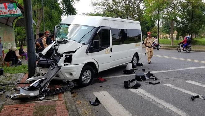Thừa Thiên Huế: Xe du lịch tông trụ đèn tín hiệu, 6 người bị thương - Ảnh 1.