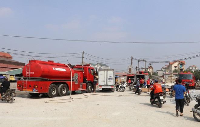 Hơn 30 ki-ốt chợ cháy ngùn ngụt, thiệt hại hàng tỉ đồng - Ảnh 2.