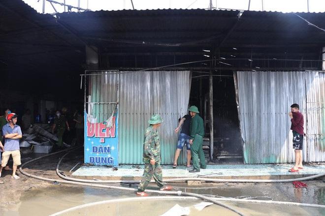 Hơn 30 ki-ốt chợ cháy ngùn ngụt, thiệt hại hàng tỉ đồng - Ảnh 3.
