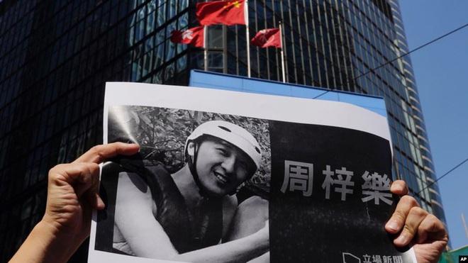 Người Hong Kong tưởng niệm sinh viên chết trong biểu tình - Ảnh 1.