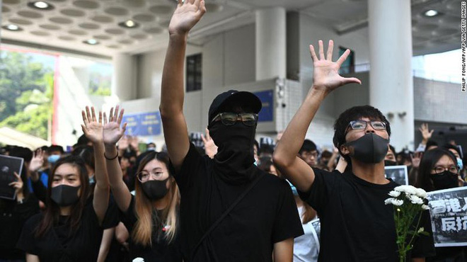 Người Hong Kong tưởng niệm sinh viên chết trong biểu tình - Ảnh 2.