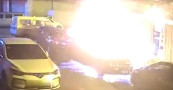 Mải mê diệt gián, cụ ông đốt trụi căn bếp và 3 chiếc ô tô - Ảnh 1.