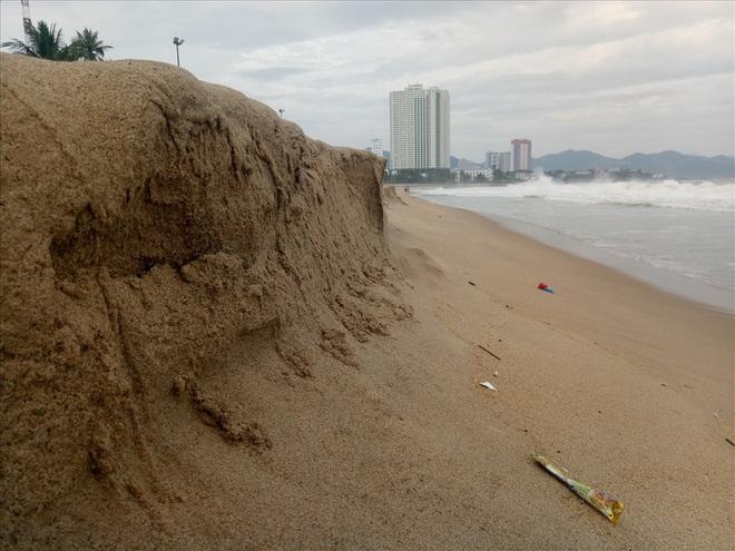 """Trước bão số 6: Kỳ lạ """"tường"""" cát cao gần 1m xuất hiện ở biển Nha Trang - Ảnh 3."""