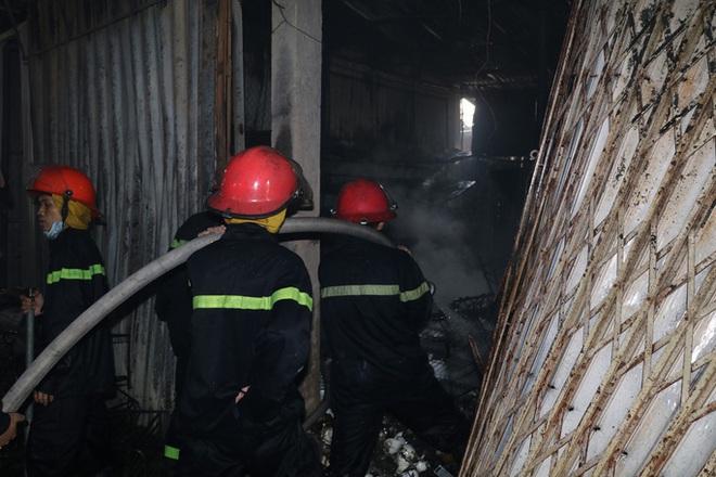 Hơn 30 ki-ốt chợ cháy ngùn ngụt, thiệt hại hàng tỉ đồng - Ảnh 4.