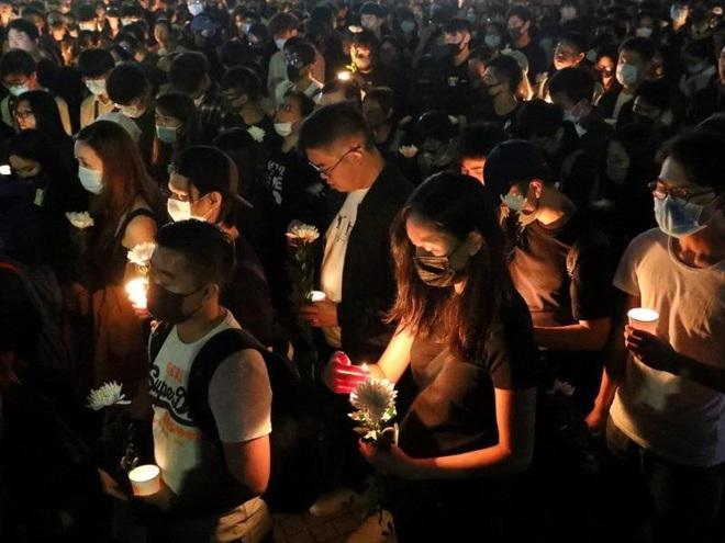Người Hong Kong tưởng niệm sinh viên chết trong biểu tình - Ảnh 3.