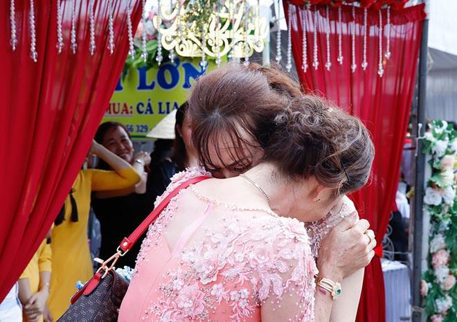 Con gái một đi lấy chồng xa, khoảnh khắc mẹ đẻ ôm cô dâu khóc nghẹn trong ngày vu quy gây xúc động  - Ảnh 1.