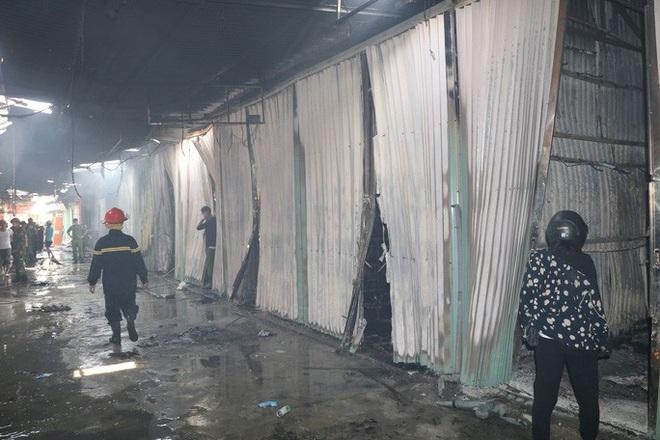 Hơn 30 ki-ốt chợ cháy ngùn ngụt, thiệt hại hàng tỉ đồng - Ảnh 5.