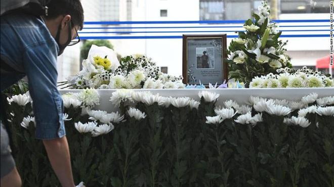 Người Hong Kong tưởng niệm sinh viên chết trong biểu tình - Ảnh 4.
