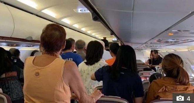 Máy bay sắp cất cánh, người đàn ông đột nhiên phát điên đập phá cửa thoát hiểm gây náo loạn - Ảnh 4.