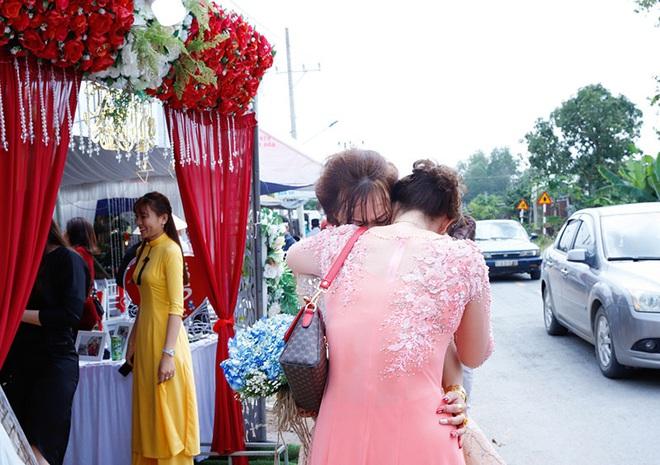 Con gái một đi lấy chồng xa, khoảnh khắc mẹ đẻ ôm cô dâu khóc nghẹn trong ngày vu quy gây xúc động  - Ảnh 2.