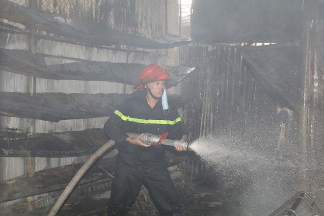 Hơn 30 ki-ốt chợ cháy ngùn ngụt, thiệt hại hàng tỉ đồng - Ảnh 6.