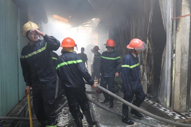 Hơn 30 ki-ốt chợ cháy ngùn ngụt, thiệt hại hàng tỉ đồng - Ảnh 7.