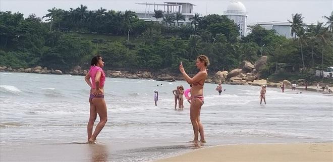 """Trước bão số 6: Kỳ lạ """"tường"""" cát cao gần 1m xuất hiện ở biển Nha Trang - Ảnh 7."""