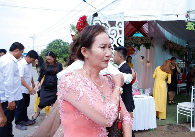 Con gái một đi lấy chồng xa, khoảnh khắc mẹ đẻ ôm cô dâu khóc nghẹn trong ngày vu quy gây xúc động  - Ảnh 4.