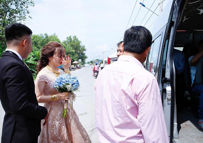 Con gái một đi lấy chồng xa, khoảnh khắc mẹ đẻ ôm cô dâu khóc nghẹn trong ngày vu quy gây xúc động  - Ảnh 6.
