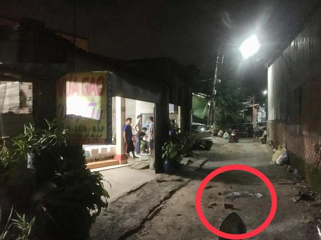 Cầm dao rượt đuổi nhóm 10 người, 2 thanh niên bị đánh nguy kịch - Ảnh 1.