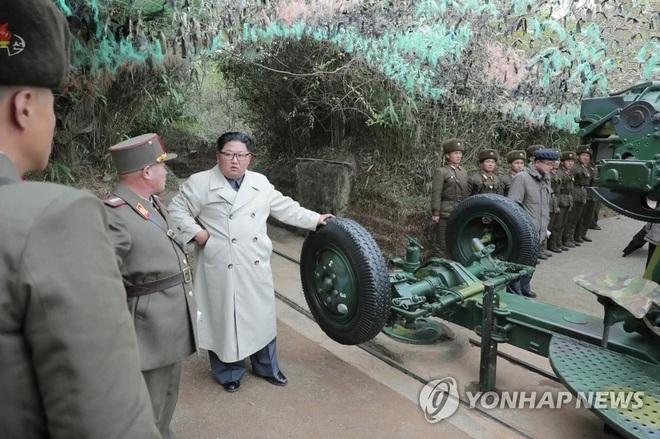 Vì sao ông Kim Jong Un theo đuổi phong cách thời trang mới, không còn mô phỏng theo ông nội? - Ảnh 2.