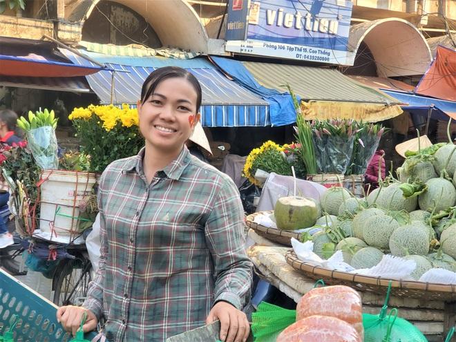 Hàng rong chợ Đồng Xuân vừa bán hàng vừa tranh thủ lên đồ cổ vũ U22 Việt Nam - Ảnh 6.