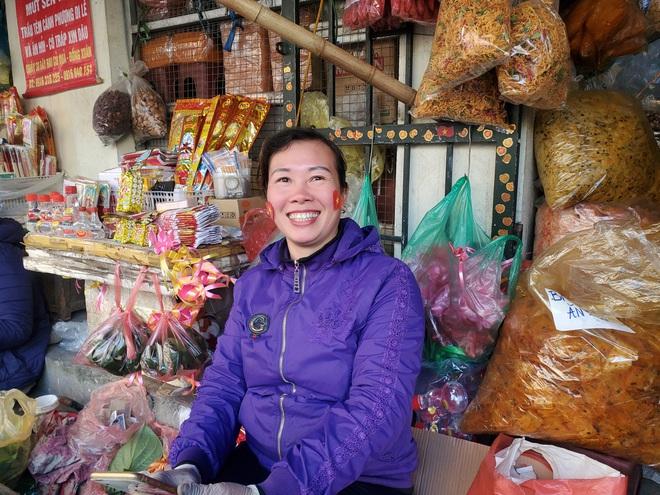 Hàng rong chợ Đồng Xuân vừa bán hàng vừa tranh thủ lên đồ cổ vũ U22 Việt Nam - Ảnh 9.