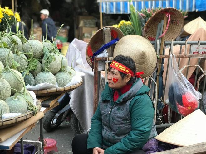 Hàng rong chợ Đồng Xuân vừa bán hàng vừa tranh thủ lên đồ cổ vũ U22 Việt Nam - Ảnh 10.