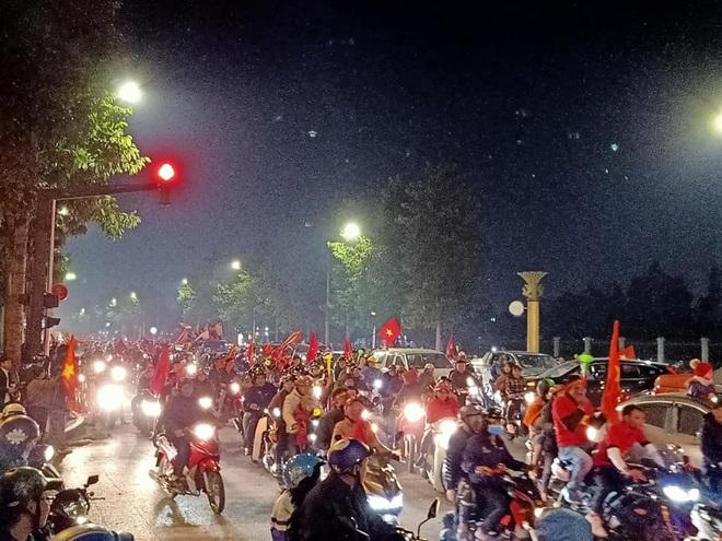 Đoàn người ngồi trên xe tải phấn khích giơ tay chào nhau, hô vang Việt Nam vô địch - Ảnh 2.
