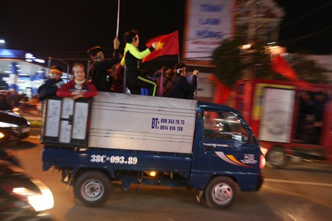 Đoàn người ngồi trên xe tải phấn khích giơ tay chào nhau, hô vang Việt Nam vô địch - Ảnh 19.