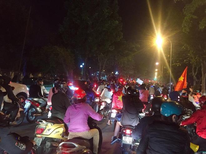 Đoàn người ngồi trên xe tải phấn khích giơ tay chào nhau, hô vang Việt Nam vô địch - Ảnh 8.