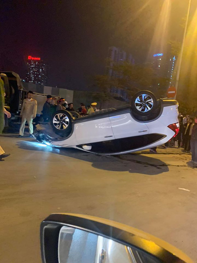 Giữa dòng người đi bão mừng U22 Việt Nam giành HCV, ô tô trắng lật giữa phố Hà Nội - Ảnh 4.