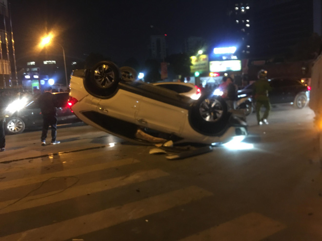 Honda CRV lật ngửa trên phố Hà Nội đúng lúc dòng người đổ ra mừng chiến thắng U22 VN, tài xế mất hút - Ảnh 3.