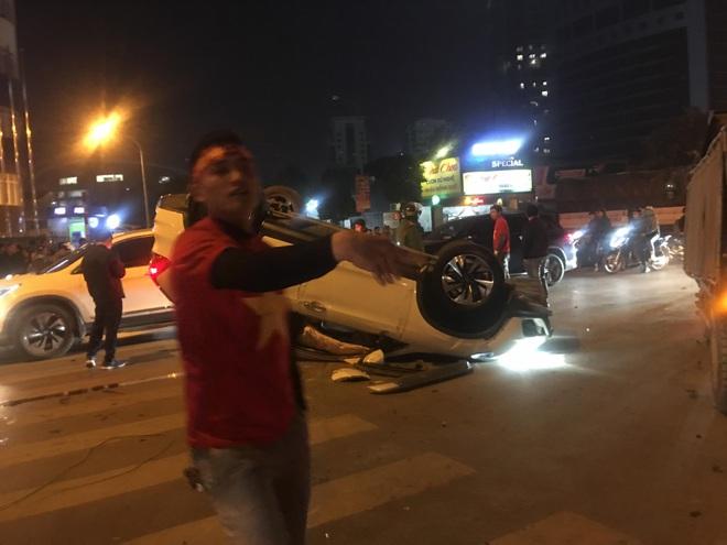 Honda CRV lật ngửa trên phố Hà Nội đúng lúc dòng người đổ ra mừng chiến thắng U22 VN, tài xế mất hút - Ảnh 2.