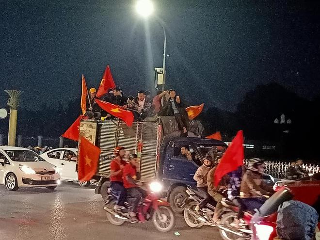 Đoàn người ngồi trên xe tải phấn khích giơ tay chào nhau, hô vang Việt Nam vô địch - Ảnh 5.