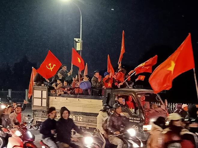 Đoàn người ngồi trên xe tải phấn khích giơ tay chào nhau, hô vang Việt Nam vô địch - Ảnh 4.