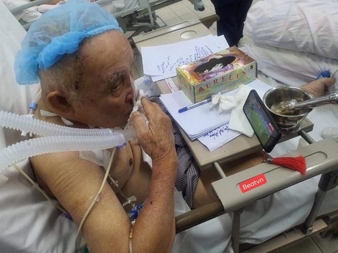 Trận chung kết và những hình ảnh xúc động từ bệnh viện: Cụ ông phẫu thuật não, thở máy vẫn cố xem! - Ảnh 1.