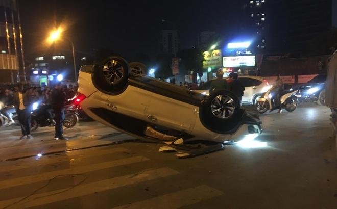 """Honda CRV lật ngửa trên phố Hà Nội đúng lúc dòng người đổ ra mừng chiến thắng U22 VN, tài xế """"mất hút"""""""