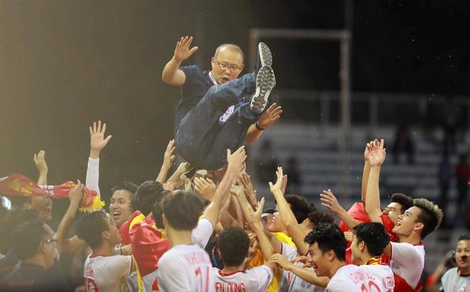 Giơ cao lá cờ Việt Nam, HLV Park Hang-seo rạng rỡ cùng học trò ăn mừng tấm HCV SEA Games