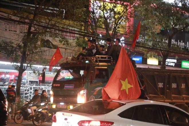 Đoàn người ngồi trên xe tải phấn khích giơ tay chào nhau, hô vang Việt Nam vô địch - Ảnh 14.